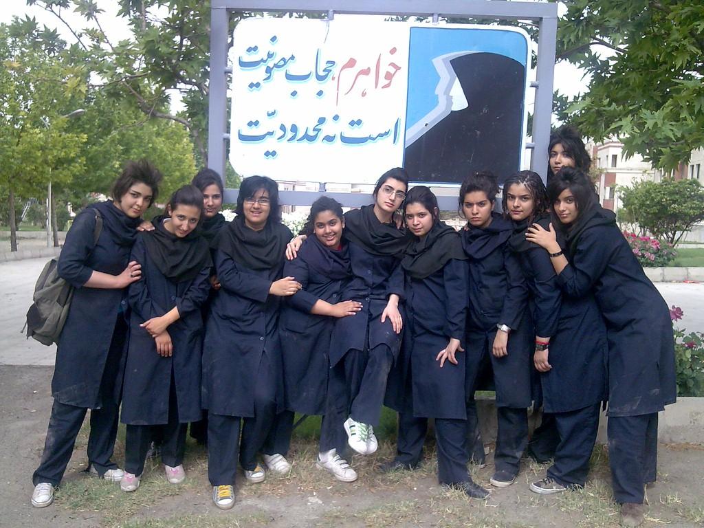 کانال تلگرام برای مانتو دخترانه بررسی شعارهای رژیم زن ستیز دربارۀ حجاب و بی حجابی | جهان زن